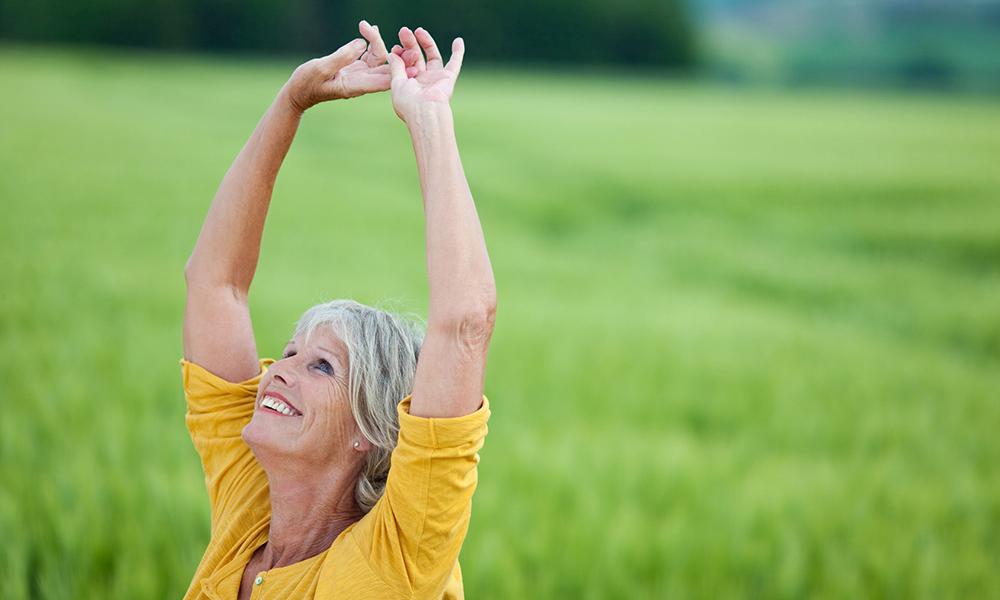 Donna anziana in campo di avena