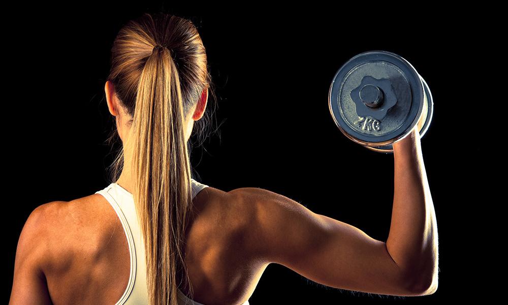 Donna che si allena con i pesi