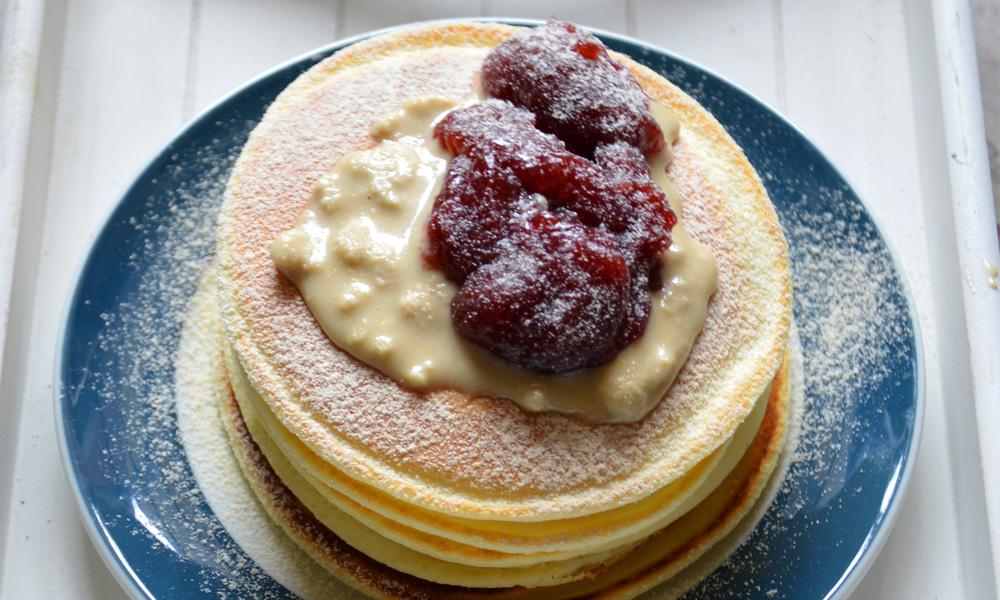 Pancake alla crema di mandorle e marmellata