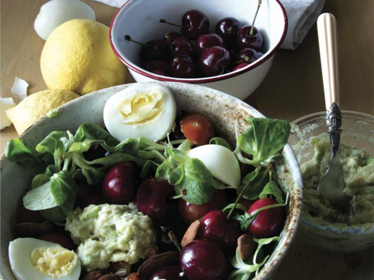 Insalata con ciliegie, avocado e uova barzotte