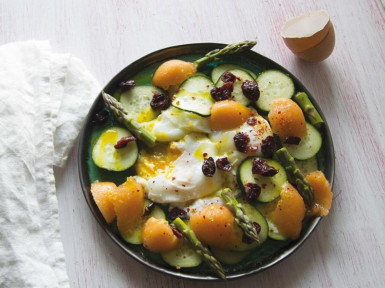 Uova in camicia con cetrioli, asparagi, melone e cranberry